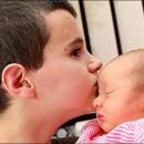 Alfie Patten besando a Maisie, su hija bebe, siendo padre a los 13