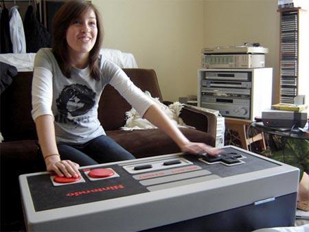 chica jugando nintendo con un mando gigante de NES