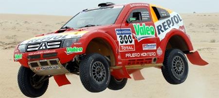 Coche de carreras del Rally Dakar en plena competición