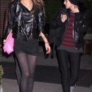 Lindsay Lohan de negro caminando con su novia Samantha Ronson
