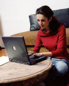mujer chateando con laptop en internet para conocer gente