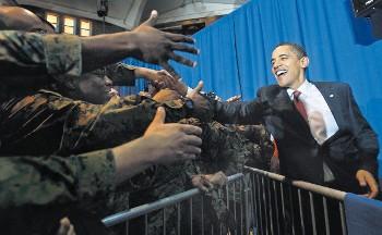 Obama saludando soldados carolina del norte