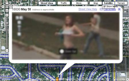 Mujer fotografiada en Google Street View