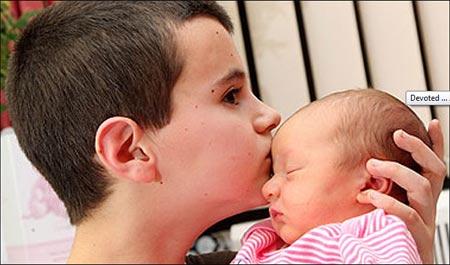 Alfie Patten besando a su bebé
