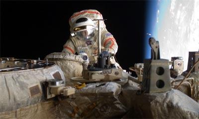 Astronauta con basura espacial