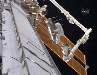 Astronautas arreglando desperfectos.