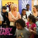 Britney Spears charlando con los niños