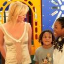 Britney Spears contenta ayudando niños