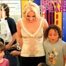 Britney Spears jugando con niños en un hospital