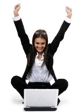 chica escribiendo en laptop