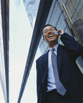 Hombre hablando en el móvil