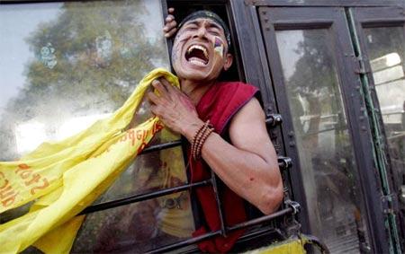 monje tibetano sufriendo por ocupasion ilegal china