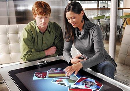 personas trabajando con microsoft surface, novedad interactiva
