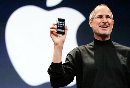 steve jobs con un iphone dando una charla sobre Apple