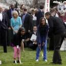 Barack y sus hijas buscando huevos