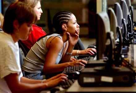 Chicas usando el ordenador