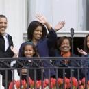 Familia Obama saludando