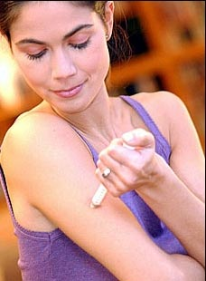Mujer inyectandose insulina