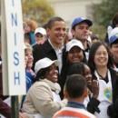 Obama saluda a los asistentes