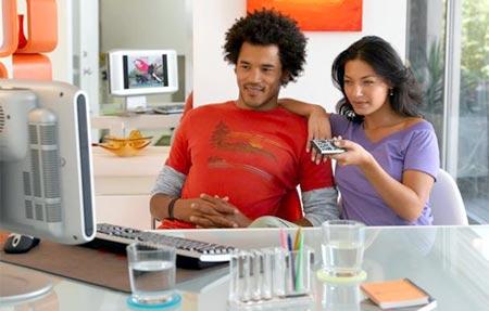 pareja viendo ordenador, unas peliculas en casa