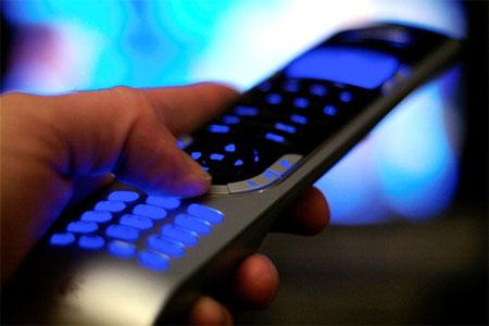 Mando a distancia que controla TV e Internet
