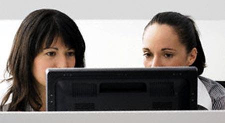 Trabajadoras usando el portatil