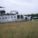 Helicoptero descompuesto abandonado en el campo de chernobyl
