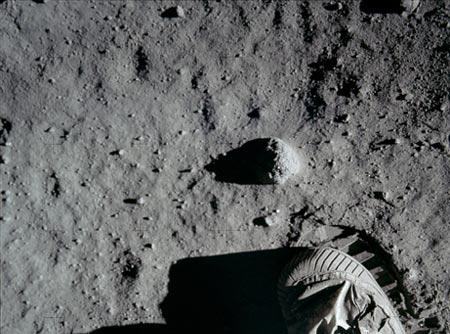 Huella de un astronauta sobre la superficie lunar
