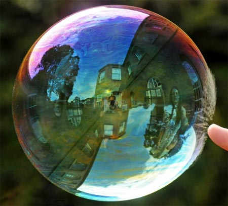 Burbuja de jabón arcoiris a punto de reventarse