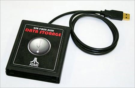 Memoria USB en forma de cartucho de atari con un largo cable para conexión a el ordenador