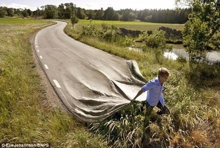 foto del artista Johannson, un hombre sosteniendo el camino como una cobija