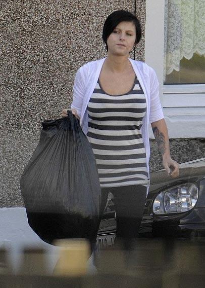Callie Rogers sacando la basura de su casa