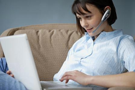 Mujer chateando en su laptop