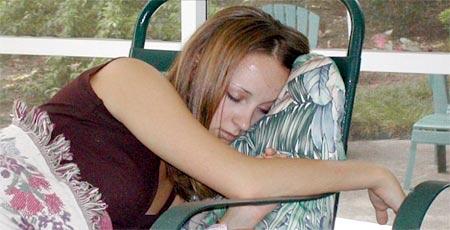 chica rubia durmiendo confortablemente