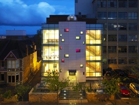 Edificio del NSQI de noche