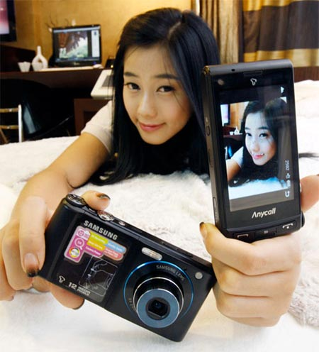 Chica coreana utilizando el nuevo Samsung SCH-W880