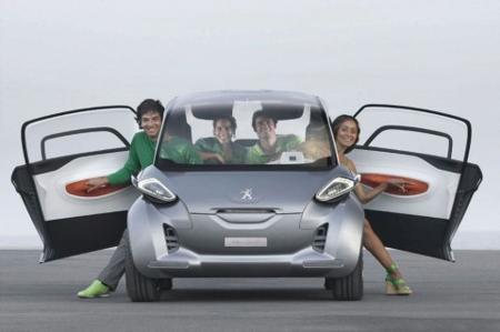 Personas bajando del auto BB1 de Peugeot