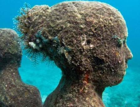Museo submarino para ayudar el crecimiento de arrecifes de coral