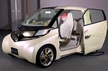 Toyota FT-EV II con la puerta abierta y de perfil