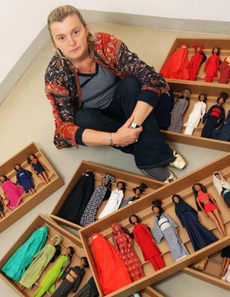 Diseñadora Eliana Lorena con Barbies de la subasta