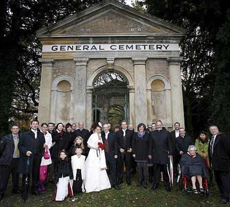 amigos y familiares de la pareja en la capilla del cementerio