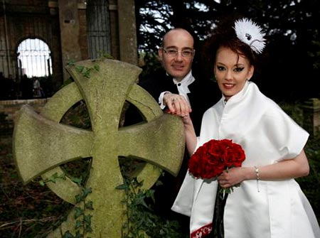 Samantha Smyth y su esposo Paul Adams se casan en un cementerio
