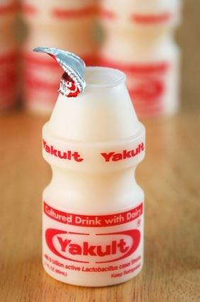 Yogurts bebibles como Yakult, podrían ayudar a combatir el aumento de peso