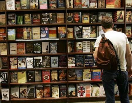 Hombre buscando un libros