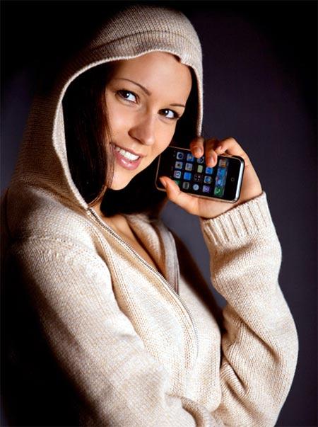Chica joven con gorrito y un iPhone en su mano