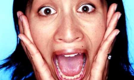 mujer gritando aterrorizada
