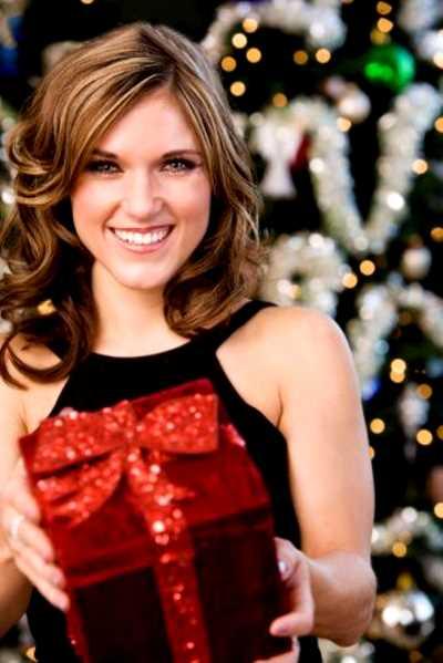 mujer feliz con un regalo