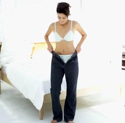 Mujer poniendose sus viejos jeans
