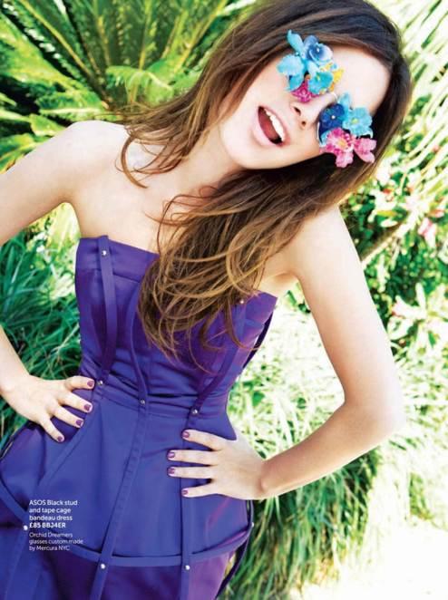 Rachel Bilson posando con atuendo color morado y lentes decorados con flores
