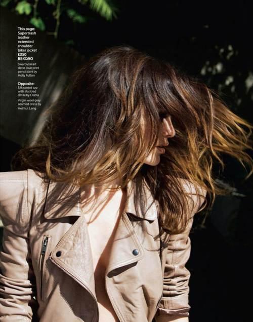 Rachel Bilson posando sensual con chaqueta café de cuero y cabell suelto